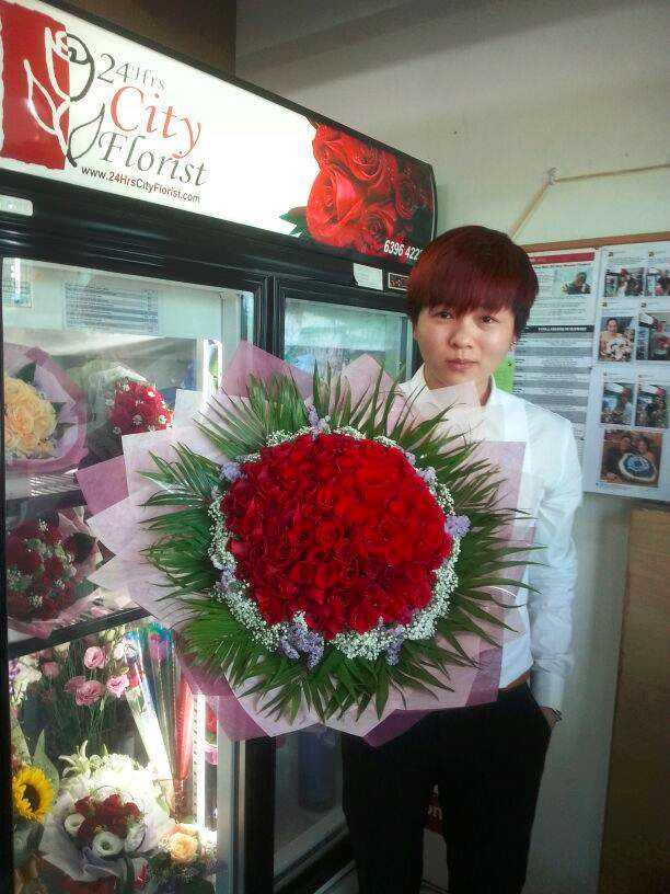Jack Yee with 99 stalks red rose bouquet