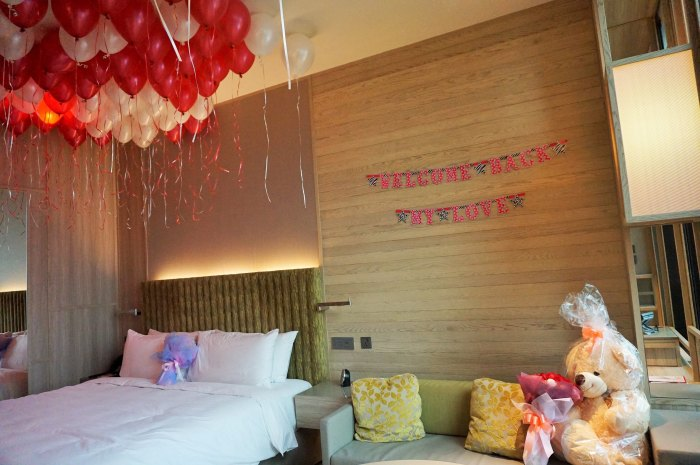 flowers & balloons in hotel room