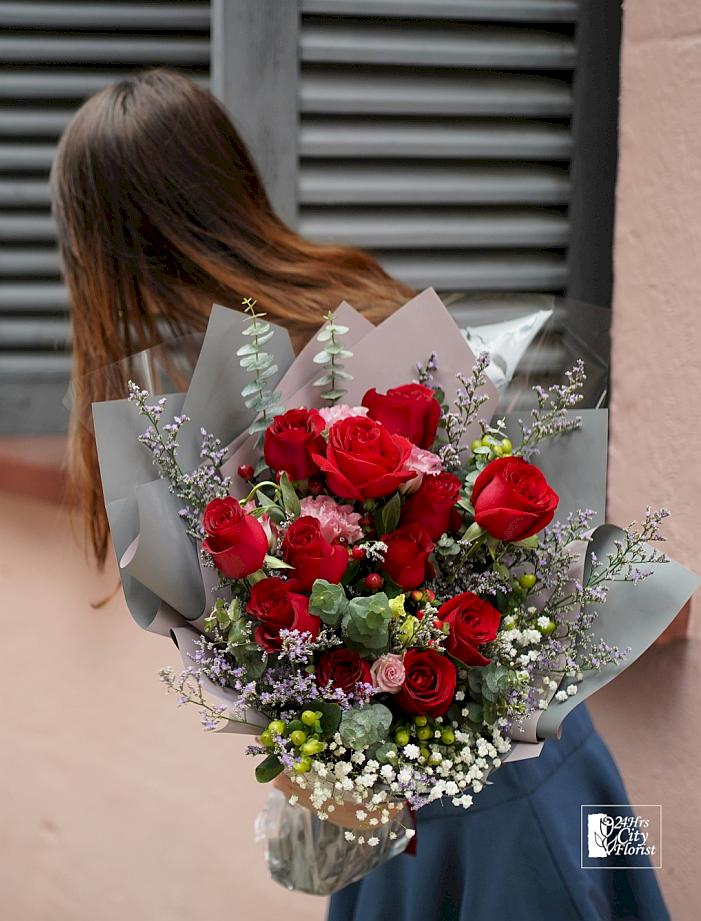 dozen red rose valentine bouquet